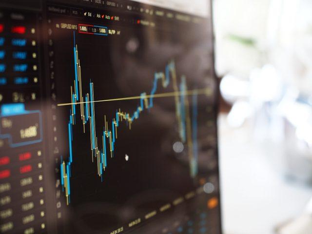 In een tijd waar sparen eerder geld kost dan oplevert, is beleggen populairder dan ooit. Het is een ideale manier om meer rendement uit je spaargeld te halen. Het risico op verlies is wat groter, maar de hoogte van dit risico varieert. Afhankelijk van het soort belegging. We zetten de verschillende opties op een rij. Forex Markt De Forex markt is een populaire beleggingsvorm op dit moment. In de basis verkoop je valuta voor een vreemde valuta. Door de wisselende koersen kun je dus geld verdienen, mits je de juiste valuta op het juiste moment (ver)koopt. Bij Admiral Markets Netherlands kun je een Forex & CFD Demo-rekening openen. Dan kun je eerst oefenen zonder risico te lopen. Handelen in aandelen De handel in aandelen is waarschijnlijk de meest bekende beleggingsvorm. Je koopt een aandeel in een onderneming en wordt daarmee mede-eigenaar. Dat geeft je recht op een deel van de winst. Dat levert je dividend op. Maar verkoop je op het juiste moment jouw aandeel, dan kan het ook koers winst opleveren. Beleggen met obligaties Overheden en andere (grote) instanties, kunnen obligaties uitgeven. Door het kopen van een obligatie heb je tijdens een afgesproken termijn recht op rente. Na het verstrijken van de afgesproken termijn ontvang je bovendien je geld terug. Obligaties zijn vrij te verhandelen maar het rendement is minder groot dan bij de meeste andere beleggingsvormen. Je bent namelijk afhankelijk van de marktrente. Beleggingsfondsen Beleggingsfondsen zijn er genoeg. Zeker in deze periode van vrijwel geen spaarrente is beleggen in een beleggingsfonds een mooie manier om geld te verdienen. Het idee is dat je met veel mensen geld inlegt. Het fonds gaat met een groot bedrag handelen in bijvoorbeeld aandelen en/of obligaties. Het gaat dan wel om beleggingen voor de lange termijn. Het risico op verlies is wel kleiner. Handel in grondstoffen Grondstoffen kunnen uit de aarde worden gewonnen. Een groot aantal is veel geld waard, je kunt denken aan bijvoorbeeld goud, zilver. D