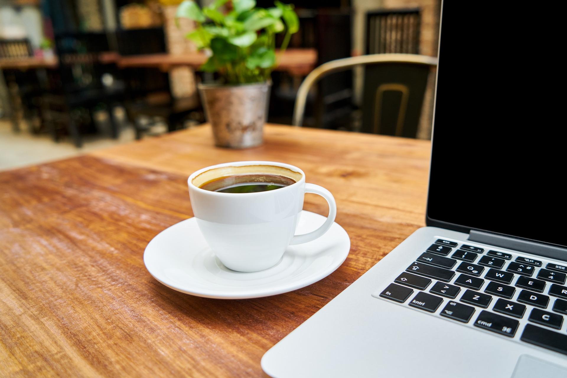 Plastic koffiebekers of karton voor op het werk