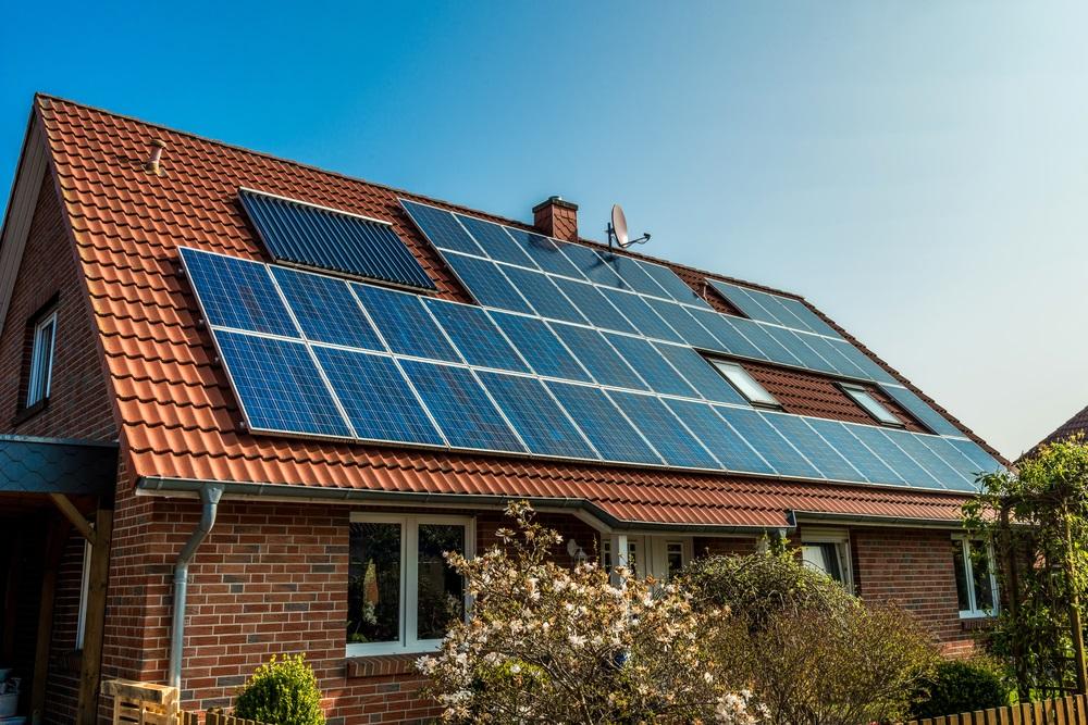 Installatie van zonnepanelen, ondanks coronacrisus, door het dak